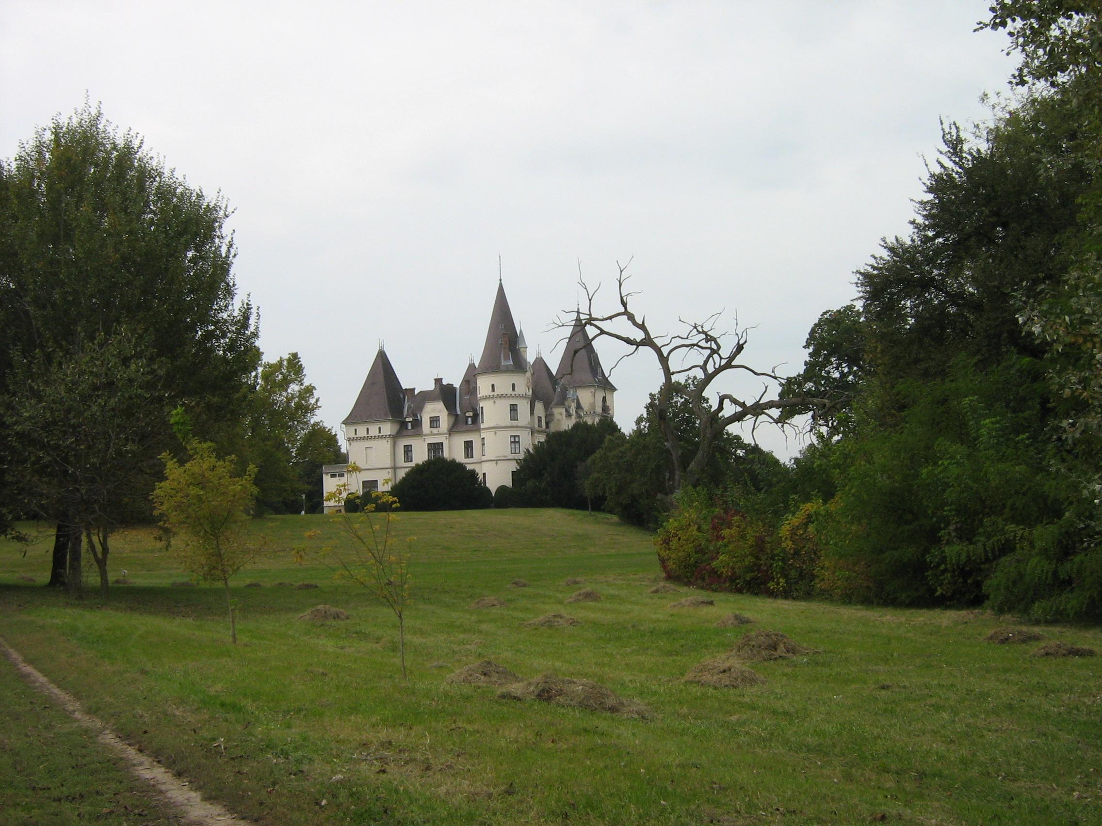 A kastély a Tisza holtága felől (a szerző fotója)