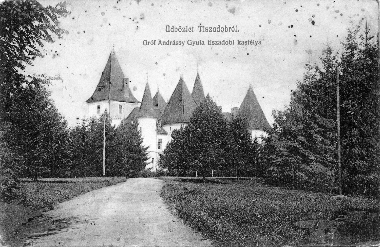 A kastélyhoz vezető kocsiút. Képeslap, 1900 körül.