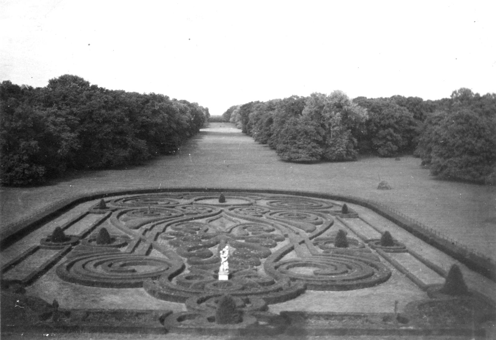 A tiszadobi hímzéses parter a két világháború között, begyepesedett és kissé túlnőtt állapotban, virágok nélkül.