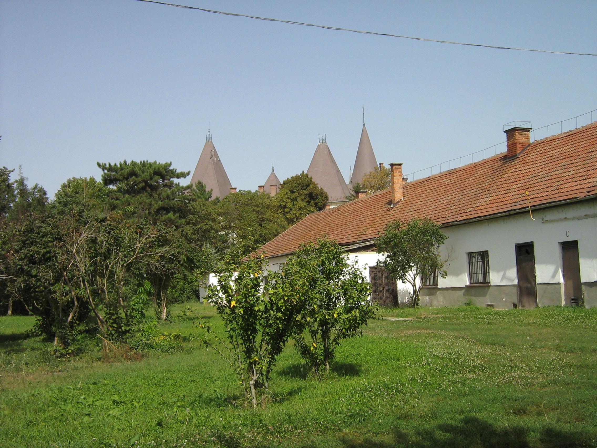 A nagykonyha épülete háttérben a kastéllyal (a szerző fotója)