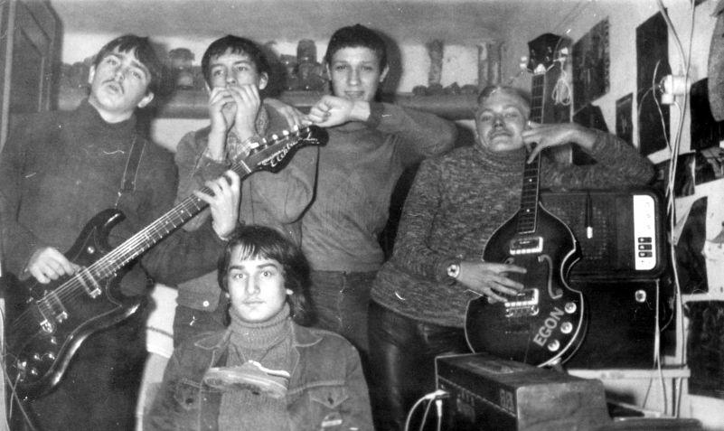KGST-hangszerek: Bigyó kezében NDK-s Musima Elektra de Luxe gitár, Lipuc hangszere Paul McCartney hegedű alakú Hohnerjét idézi - olcsóbb kiadásban.