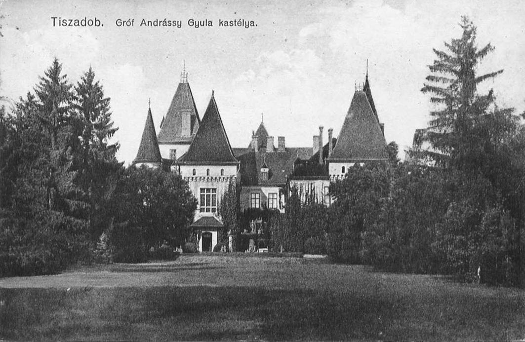 A kastély a déli tisztás (a leendő parkoló) felől. Képeslap, 1920-as évek.