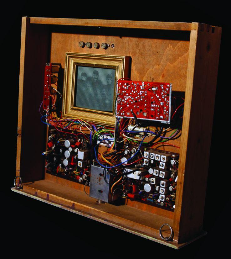 Fióktévé (2002, asztalfiók, tévé alkatrészek, képkeret, vezetékek,14×44×52 cm)